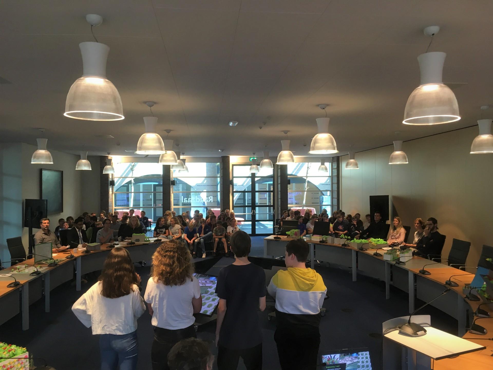 Leerlingen Bonhoeffercollege vergroenen de Castricummer Werf