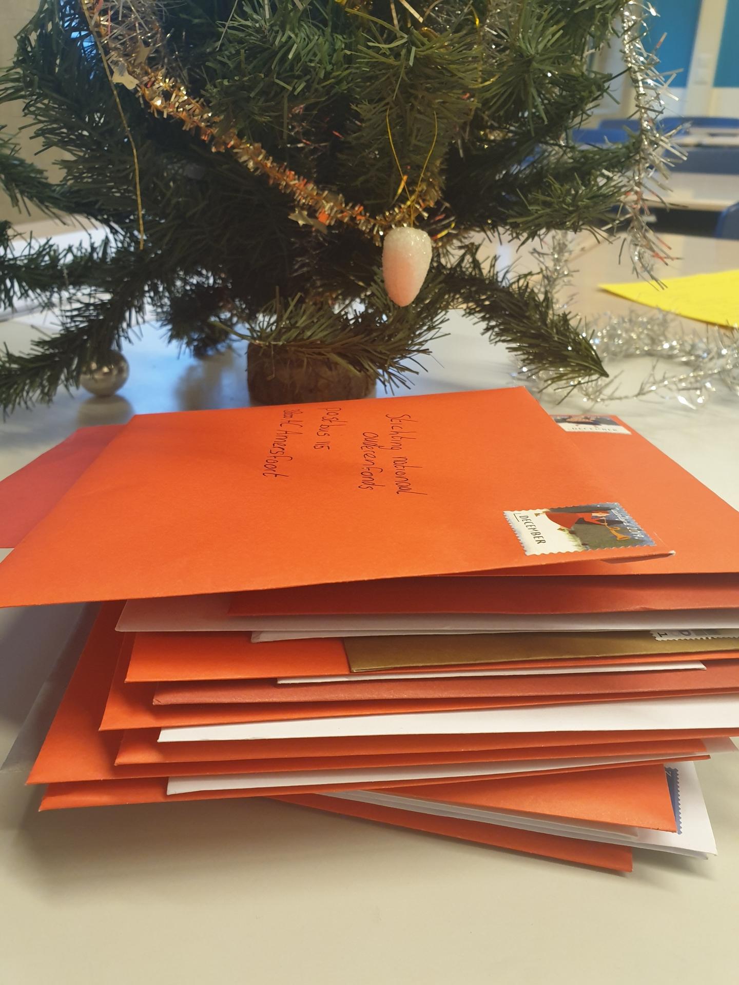 Brugklasleerlingen versturen kerstkaarten naar onbekende ouderen